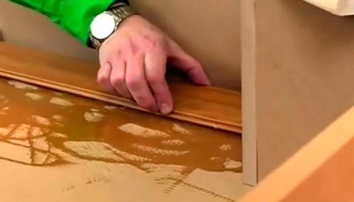 colocar suelo de madera de pegar