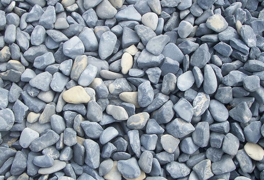 Canto rodado negro de grosor 25 40 mm arisac canto rodado for Piedra gris para jardin