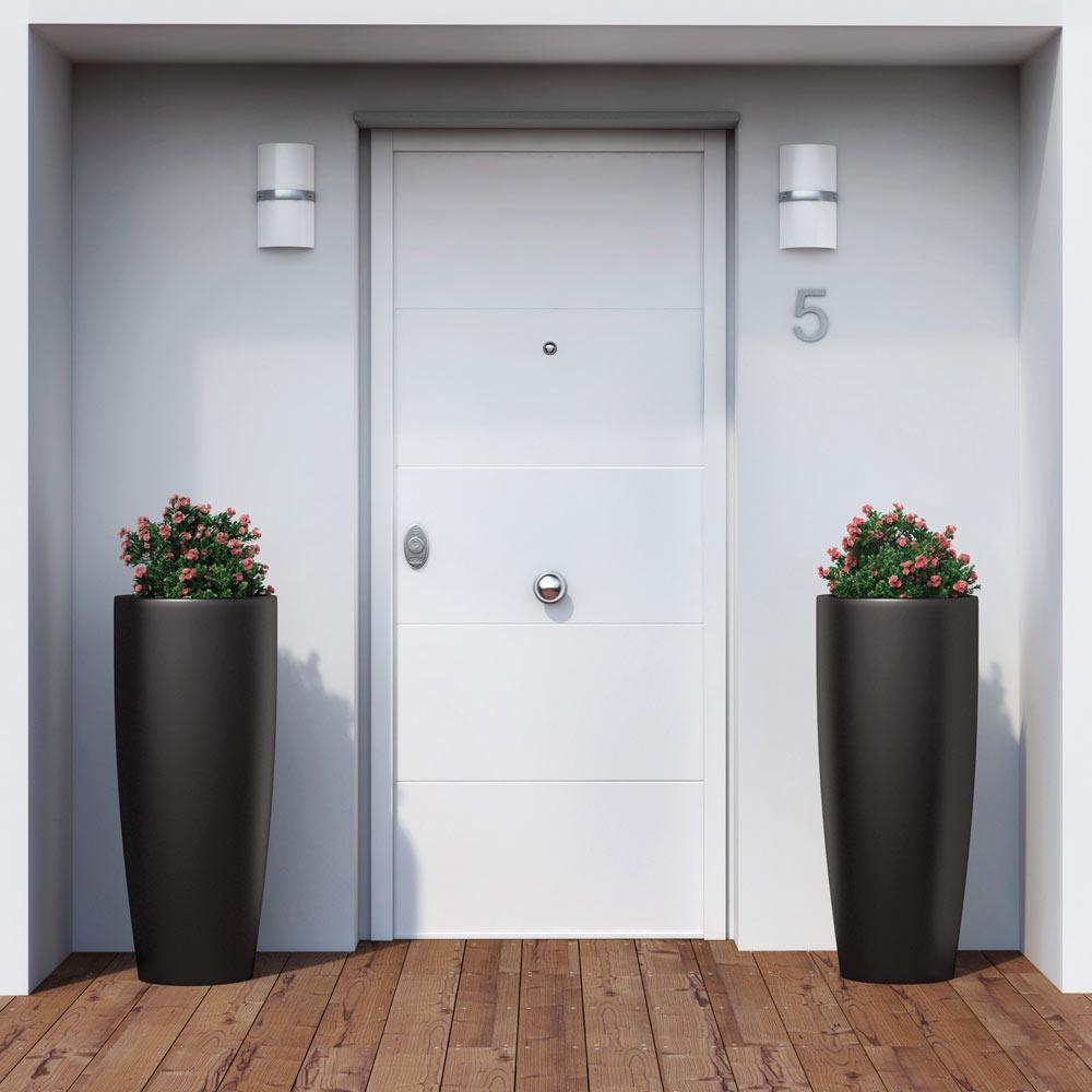 Puerta de entrada acorazada fresada blanca ref 16145990 for Puerta entrada aluminio
