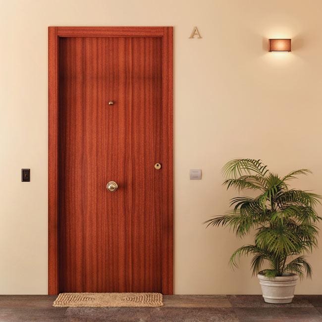 Puerta de entrada blindada lisa sapelly blanca ref - Puertas exterior leroy ...