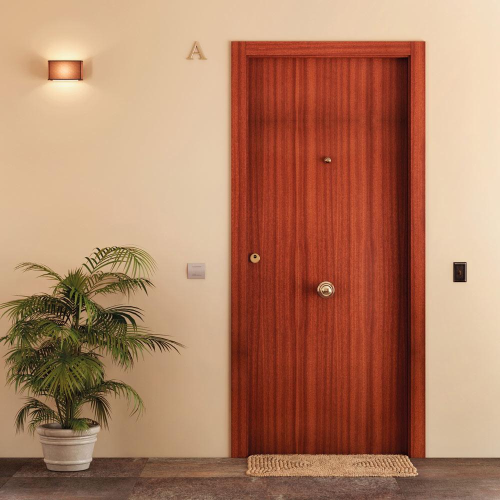 Puerta de entrada blindada lisa sapelly blanca ref for Puertas de madera exterior precios