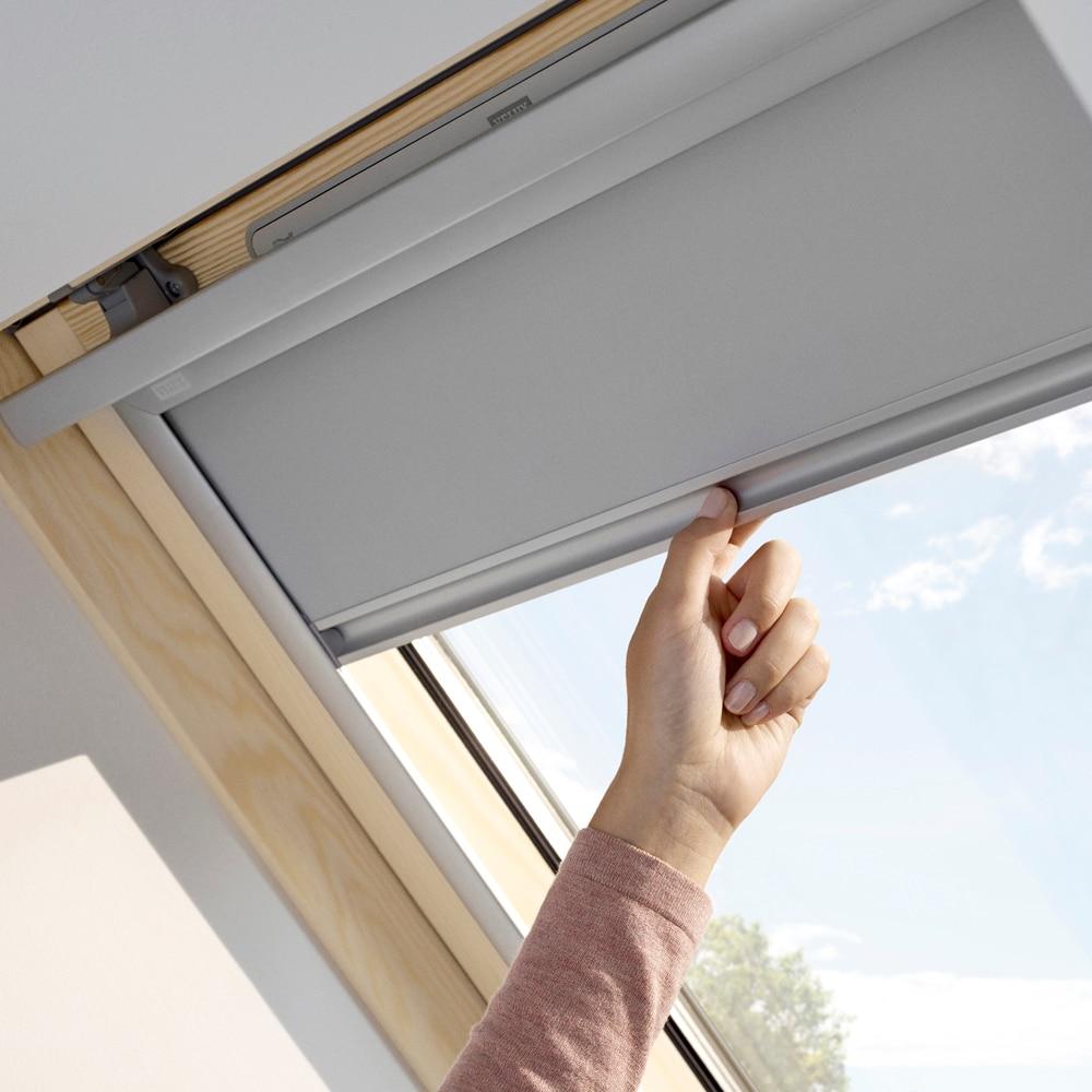 cortina ventana de techo velux manual gris dkl 1705 oscurecimiento ref 16086833 leroy merlin. Black Bedroom Furniture Sets. Home Design Ideas